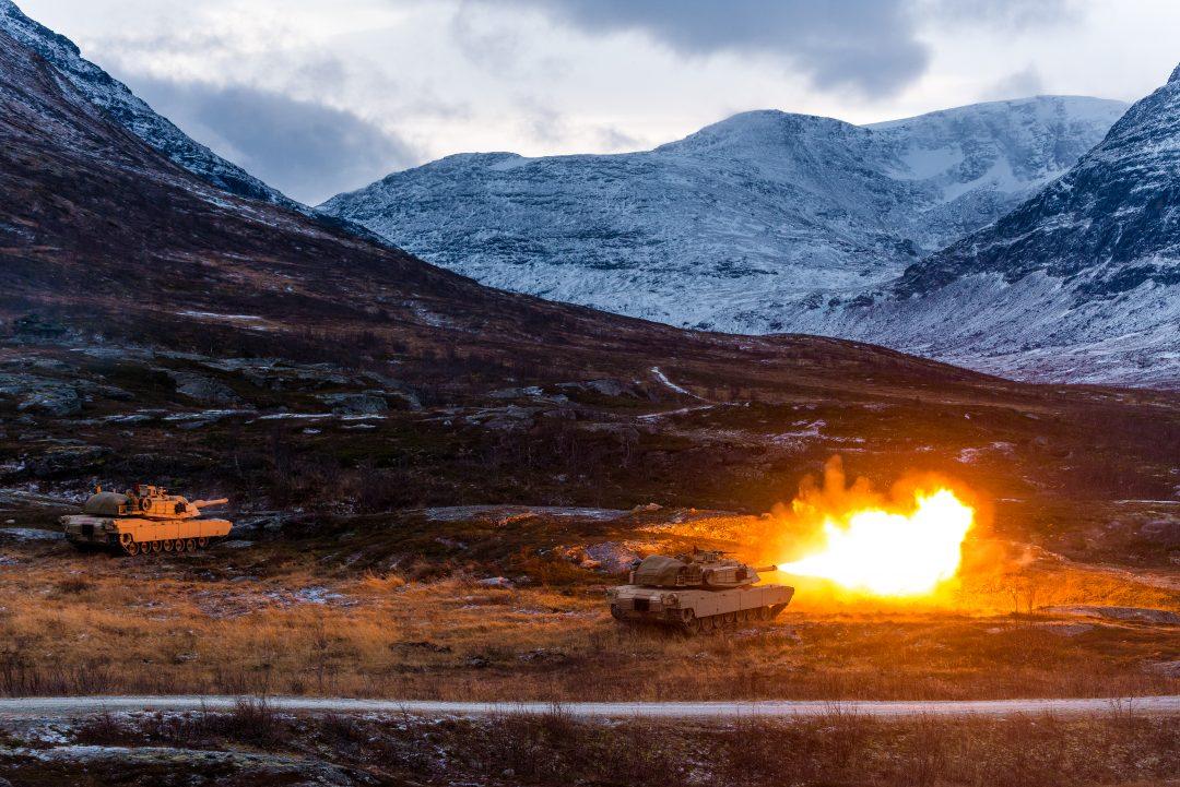 Amerikanske M1 Abrams stridsvogner, tilhørende U.S. Marine Corps, på skarpskytingsøvelse i Setermoen skytefelt. // U.S. Marine Corps M1 Abrams main battle tanks in the high arctic of Setermoen, Norway. Exercise Reindeer 2 with Brigade North, The Norwegian Army.