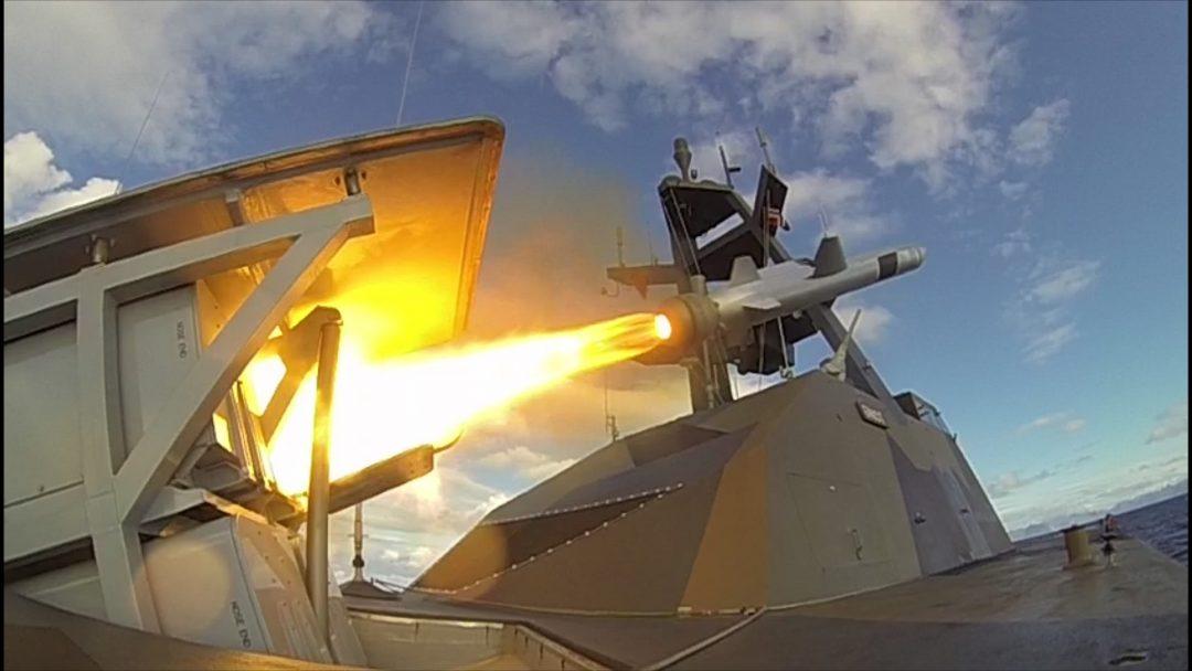 NAVAL STRIK MISSILE: 40 slike kan korvettene avfyre på kort varsel. Det er en voldsom ildkraft som kan ødelegge både land- og sjømål. Rekkevidden er oppgitt til minst 185km. Her skarpskyting med NSM fra korvetten KNM Gnist utenfor Andøya. Foto: SJØFORSVARET
