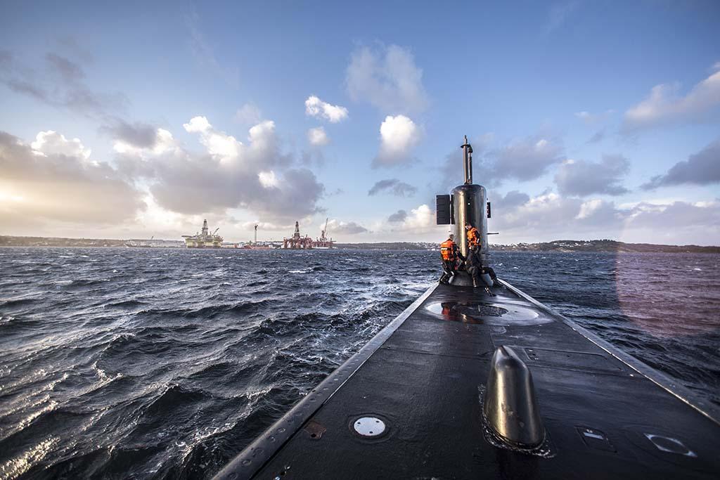 UBÅT: Høyre, Frp og Arbeiderpartiet er enige om å kjøpe inn fire ubåter, som regjeringens langtidsplan foreslår. De vil også prioritere kampfly og nye overvåkingsfly. Venstre og Senterpartiet mener noe av pengene heller må settes av til å ruste opp Hæren og styrke Heimevernet. Her er ubåten KNM Utvær på dagsseilas. Foto: OLAV STANDAL TANGEN/FORSVARETS MEDIESENTER