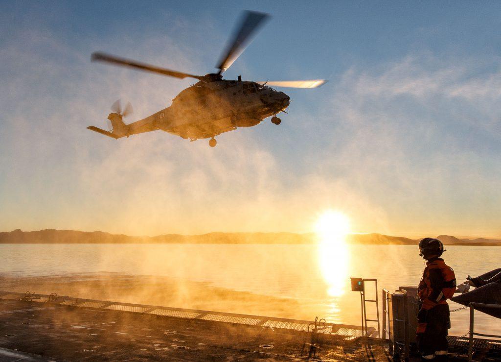 Flydekksassistent LT Pål Jensen følger nøye med på NH90s innflyving til kystvaktfartøyet KV Senja. Foto: HÅKON KJØLLMOEN/FORSVARET