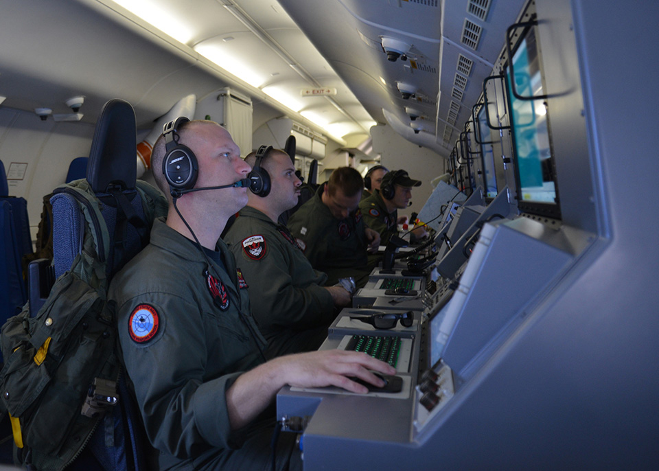 Operatører under arbeid inne i en P-8 Poseidon. Foto: BOEING