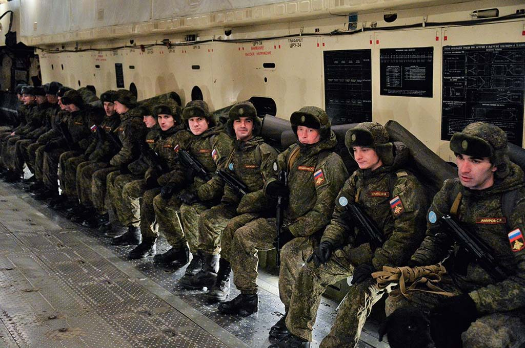 MINERYDDERE: Russland har vært aktiv i Syria. Her er et lag med mineryddere på vei fra Tsjkalovskij-flyplassen i Moskva til Aleppo i Syria. Foto: MIL.RU (DET RUSSISKE FORSVARSMINISTERIET)