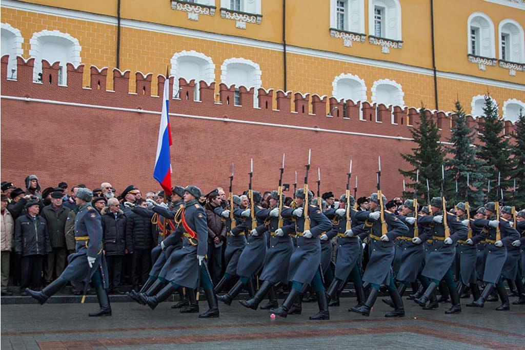SEREMONI: Russiske soldater med markering ved den ukjente soldats grav rett ved Kreml-murene i hjertet av Moskva. Foto: JEVGENIJ KELIJ/MIL.RU (DET RUSSISKE FORSVARSMINISTERIET)