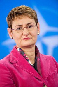 TALSKVINNE: Oana Lungescu, NATO. Foto: NATO