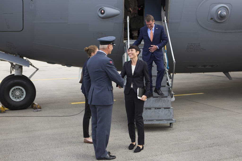 USA`s Forsvarsminister Ash Carter ankommer Gardemoen militære flyplass sammen med den Norske Forsvarsministeren Ine Eriksen Søreide, de ble tatt i mot av Torgeir Aas, sjef 135 luftving // United States Secretary of Defence Ash Carter arrives Gardemoen military airport with the Norwegian Minister of Defence Ine Eriksen Søreide, they where met by Colonel Torgeir Aas, Commander 135 Air Wing. Foto: MATS GRIMSÆTH/FORSVARET