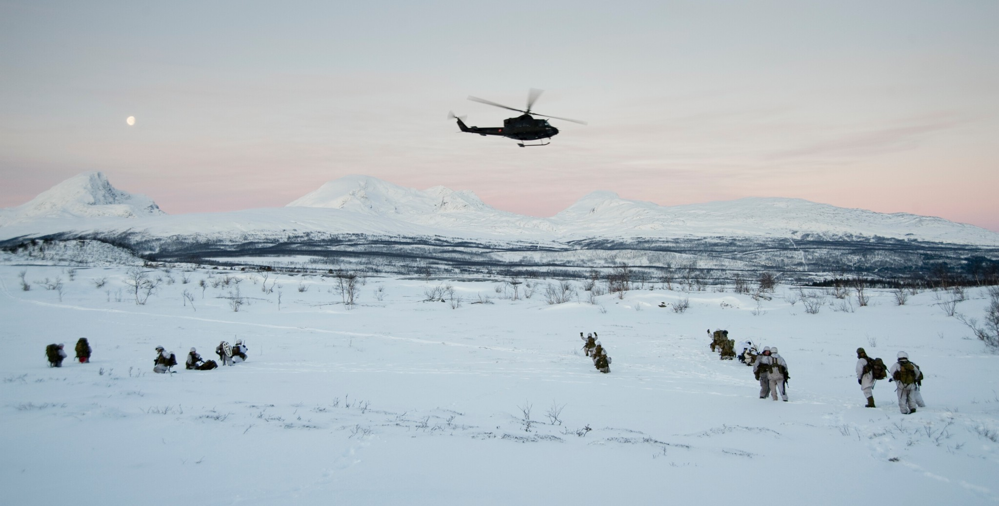 Helikopterforflyttning under øvelse Blue Fox i Balsfjord i Troms i november 2010./ Troops from the 2.battalion are being transported by helicopters during the Blue Fox exercise. Foto: MALIN WAALER/FORSVARET