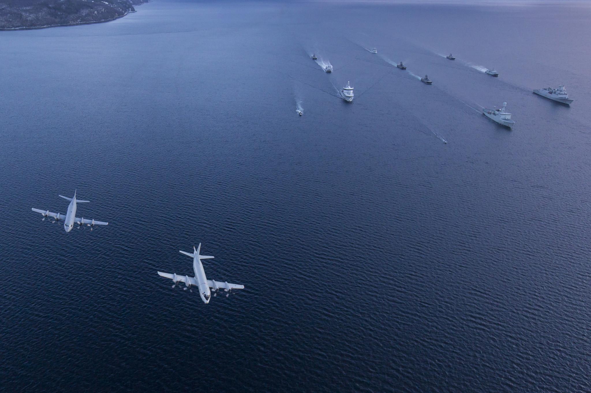 Marinens styrke seiler i formasjon ut Ofotfjorden under Flotex øvelsen / During the exercise Flotex 2015