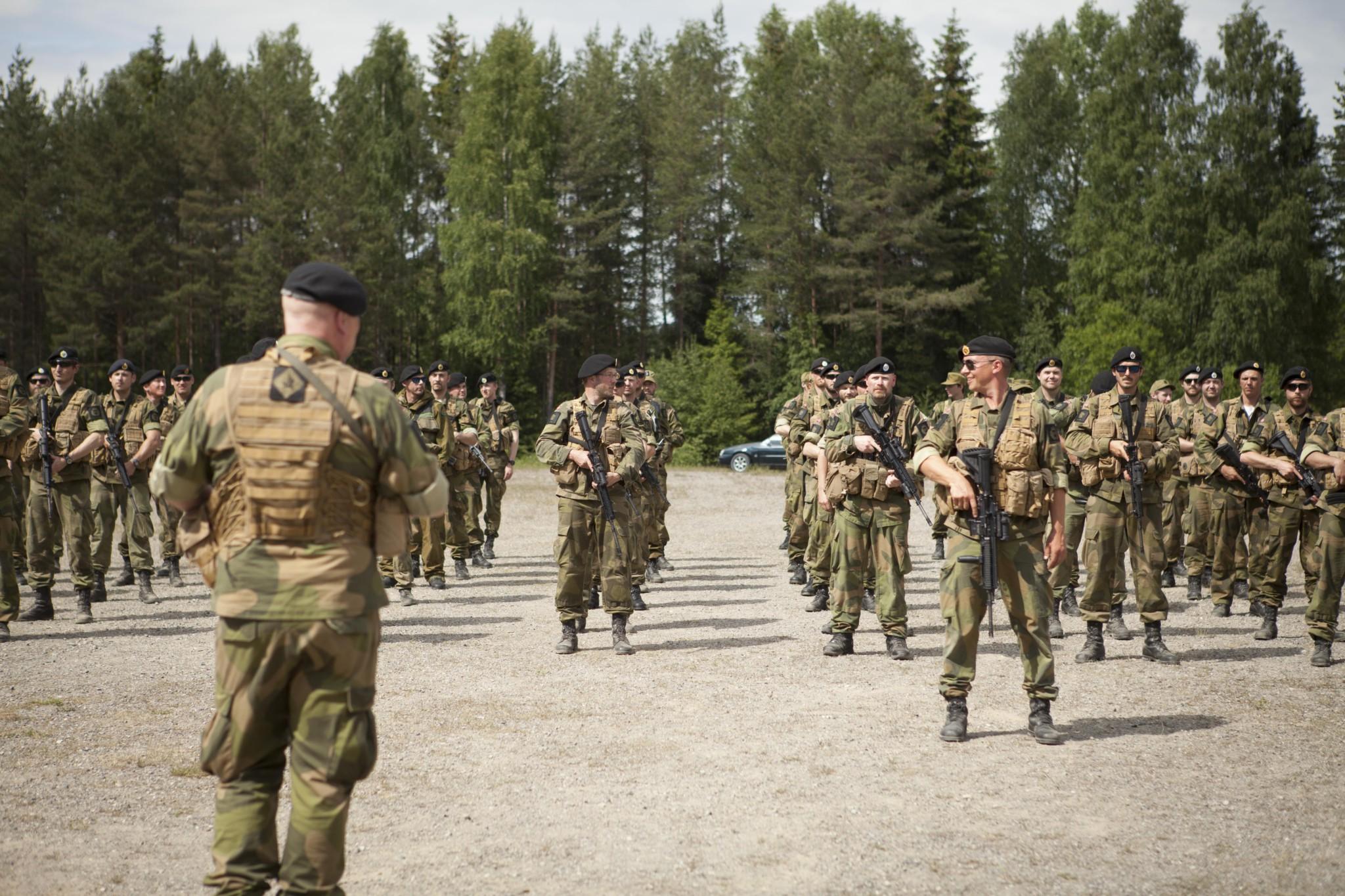 Mandag 13. juni var det slutt for rittmester Pål W. Hammerstad som sjef for UTR-eskadronen HV-område 02102 – en posisjon han har innehatt siden 2005. Da overtok løytnant Petter W. Olafsson stafettpinnen – og fikk samtidig en ny stjerne på brystet – foran den oppstilte avdelingen på 120 kvinner og menn. Monday 13. June marks the end for rittmeister Pål W. Hammerstad as chief for the UTR eskadron HV02102. A position he has been in since 2005. Lt. Petter W. Olafsson is now taking over and got ranked up as a captain.