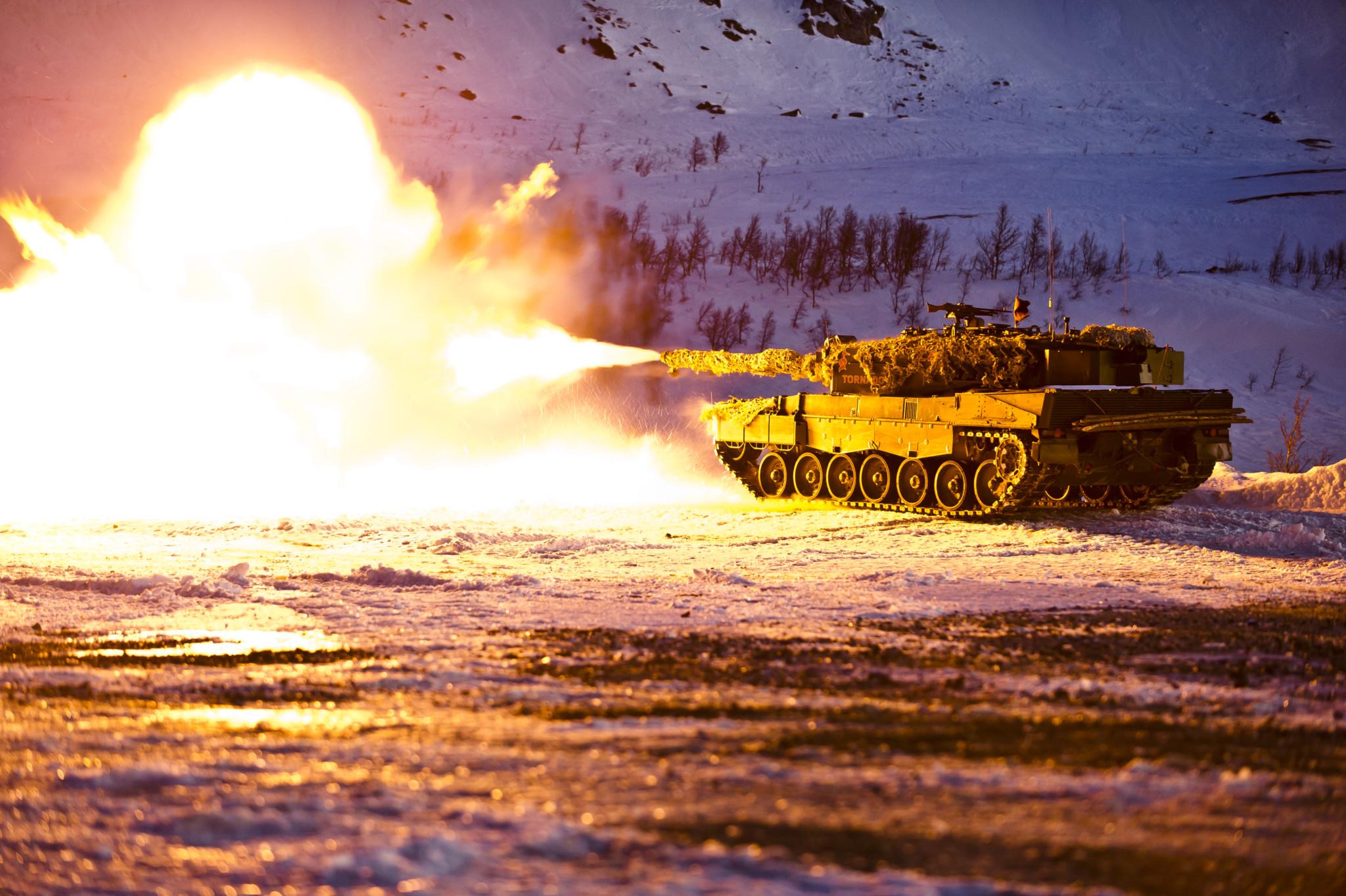 Leopard 2 A4NO stridsvogn fra Stridsvogneskadron 2 i Panserbataljonen, skarpskyting med 120 mm granat i Blåtind skytefelt