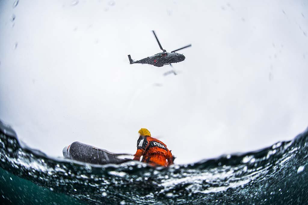 IKKE OPERATIVE: De nye NH90-helikoptrene blir neppe operative før tidligst 2020, opplyser Forsvarsdepartementet. Her øver et av kystvakthelikoptrene av typen NH90 på heising fra sjøen i juni 2015. Foto: MATS GRIMSÆTH/FORSVARETS MEDIESENTER