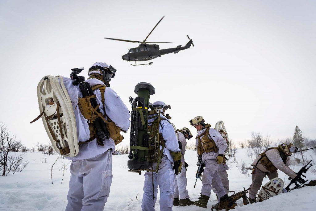 HELIKOPTERSTØTTE: Hærens helikopterstøtte har hittil bestått av Bell-helikoptre fra 339-skvadronen på Bardufoss. I november ble skvadronen vedtatt flyttet til Rygge av regjeringen og Arbeiderpartiet. Nå sier Arbeiderpartiet at de vil gå til valg for å beholde Hærens helikoptre på Bardufoss. Her er soldater fra 2. bataljon på øvelse med Bell 412-helikoptre under øvelse Joint Viking 2015 i Finnmark. Foto: OLE-SVERRE HAUGLI/HÆREN/FORSVARETS MEDIESENTER