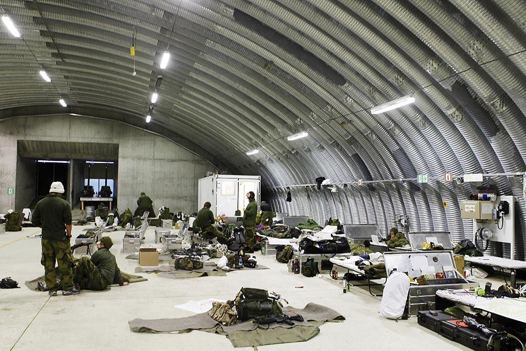 NYE BYGG: Evenes blir framskutt base for kampfly i nord, i tillegg til ny base for de maritime patruljeflyene P-8 Poseidon. Her gjør soldater fra Forsvarets Spesialkommando seg klare til fallskjermdropp fra C-130J Hercules på Evenes under vinterøvelsen Cold Response i 2010. Foto: TORBJØRN KJOSVOLD/FORSVARET