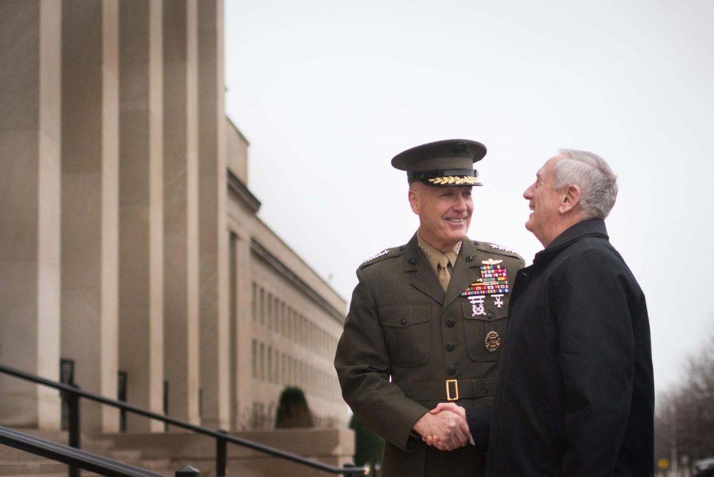 FØRSTE DAG: USAs nye forsvarsminister James Mattis (t.h.) hadde sin første fulle arbeidsdag i Pentagon mandag. Her sammen med general Joe Dunford fra Marine Corps. Foto: D. MYLES CULLEN/US DEPARTMENT OF DEFENSE