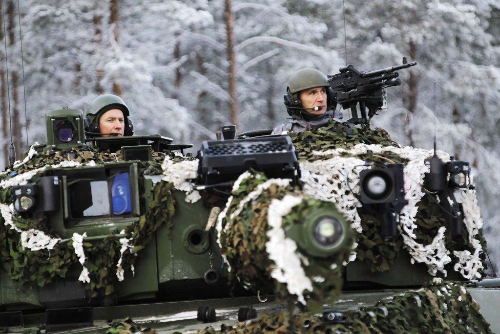 NATO-SJEFEN: Jens Stoltenberg. Her kjører han en stridsvogn av typen Leopard 2 fra Telemark bataljon. Foto: TORBJØRN KJOSVOLD/FORSVARETS MEDIESENTER