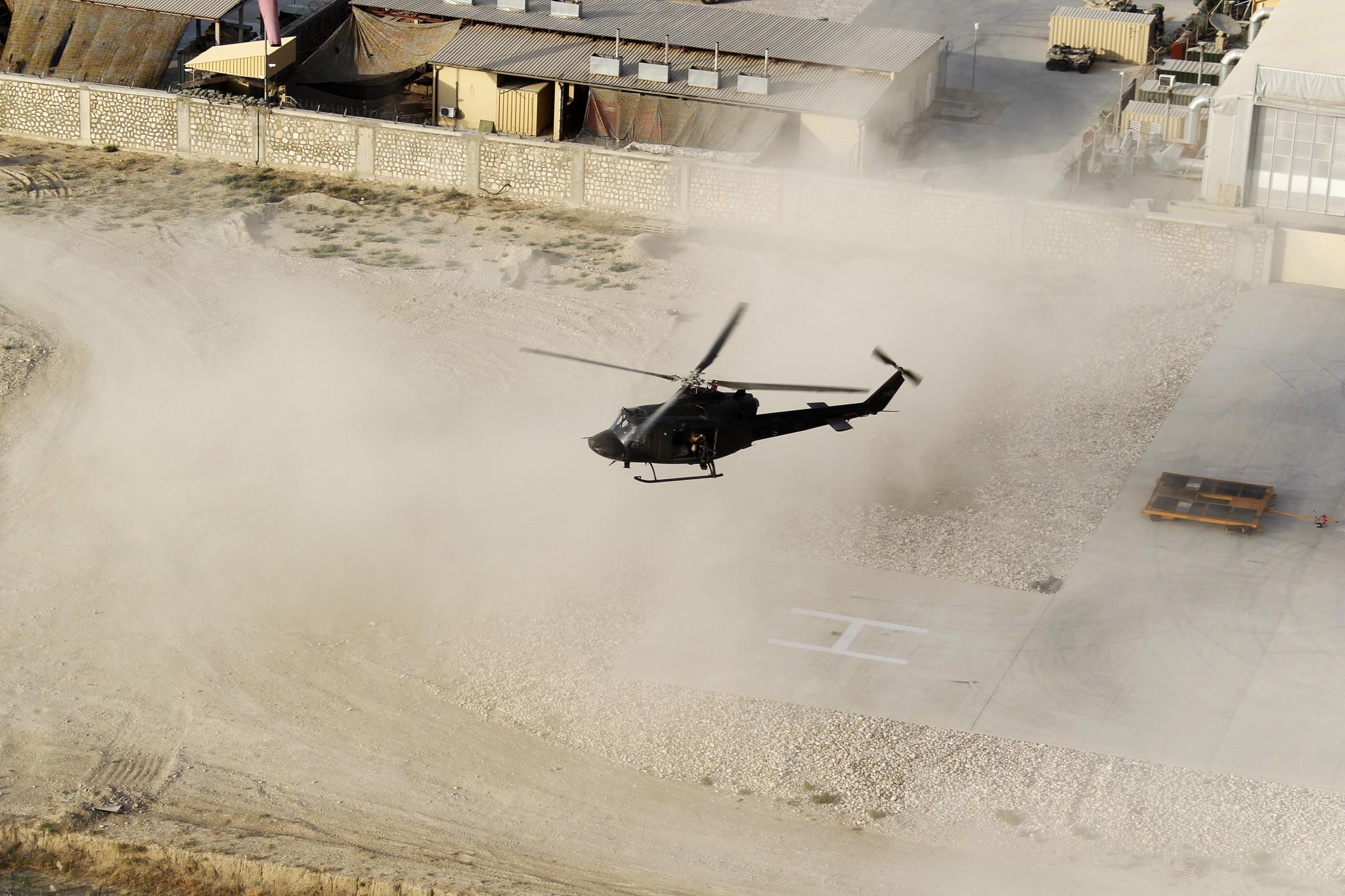 Et norsk Bell 412 SP tar av fra PRT basen i Meymaneh i Nord-Afghanistan i august 2010. Foto: PER IVAR STRØMSMOEN/FORSVARET