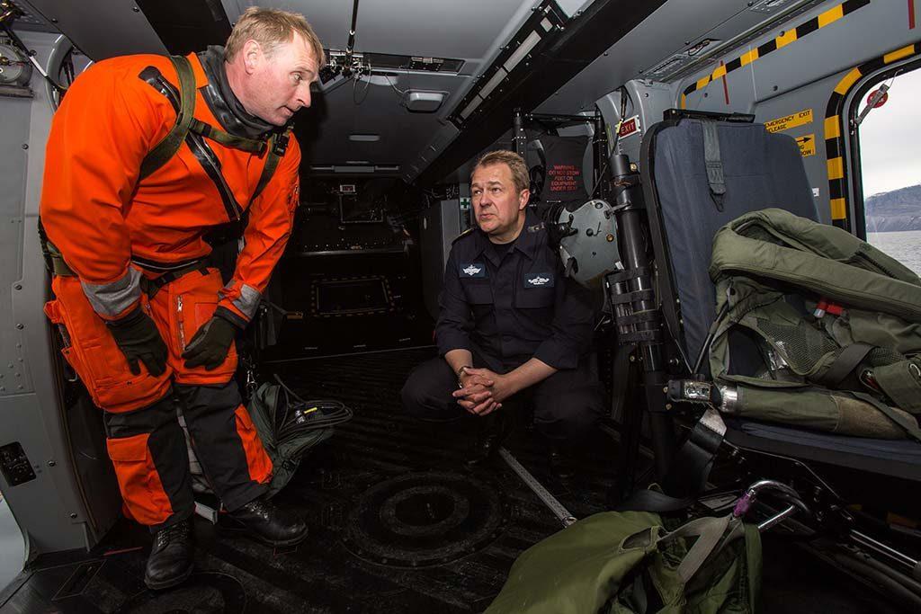 IKKE SJØDYKTIG: Kystvaktsjef Sverre Engeness (t.h.) konstaterer at de nye NH90-helikoptrene ikke tåler høy sjø. På bildet får han orientering fra maskinist Vidar Jacobsen under øving med NH90 om bord på KV Senja. Foto: VETLE HALLÅS/FORSVARET