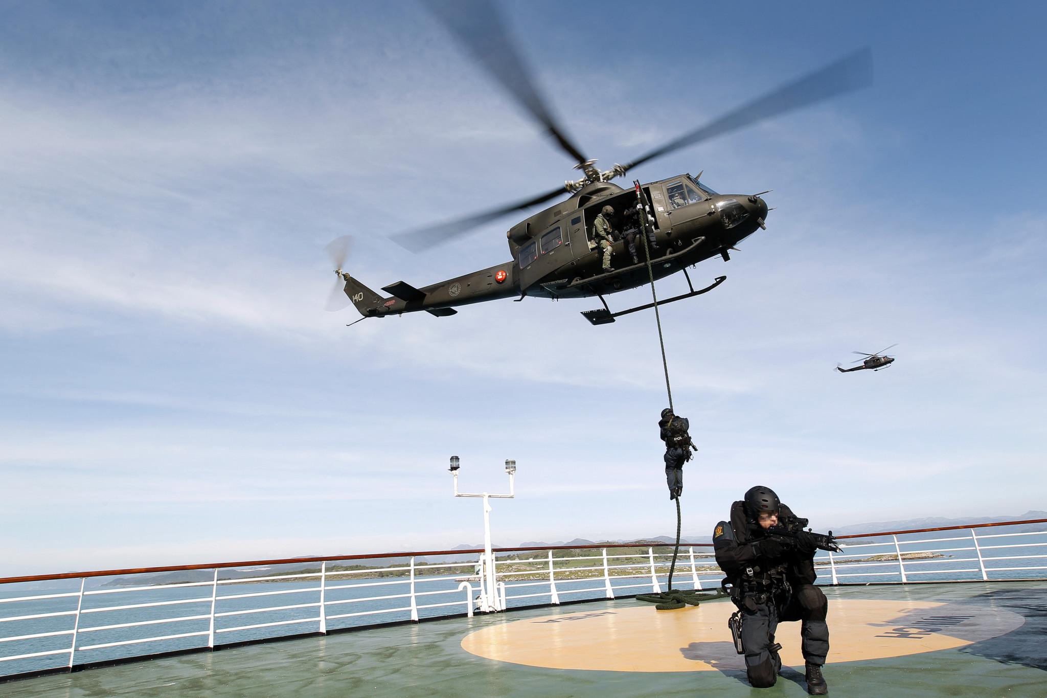 Beredskapstroppen fra Politiet fast roper seg ned på dekket til et fartøy fra Bell 412 SP helikopter fra 720 skvadronen under øvelse Gemini 2010. Foto: TORBJØRN KJOSVOLD/FORSVARET