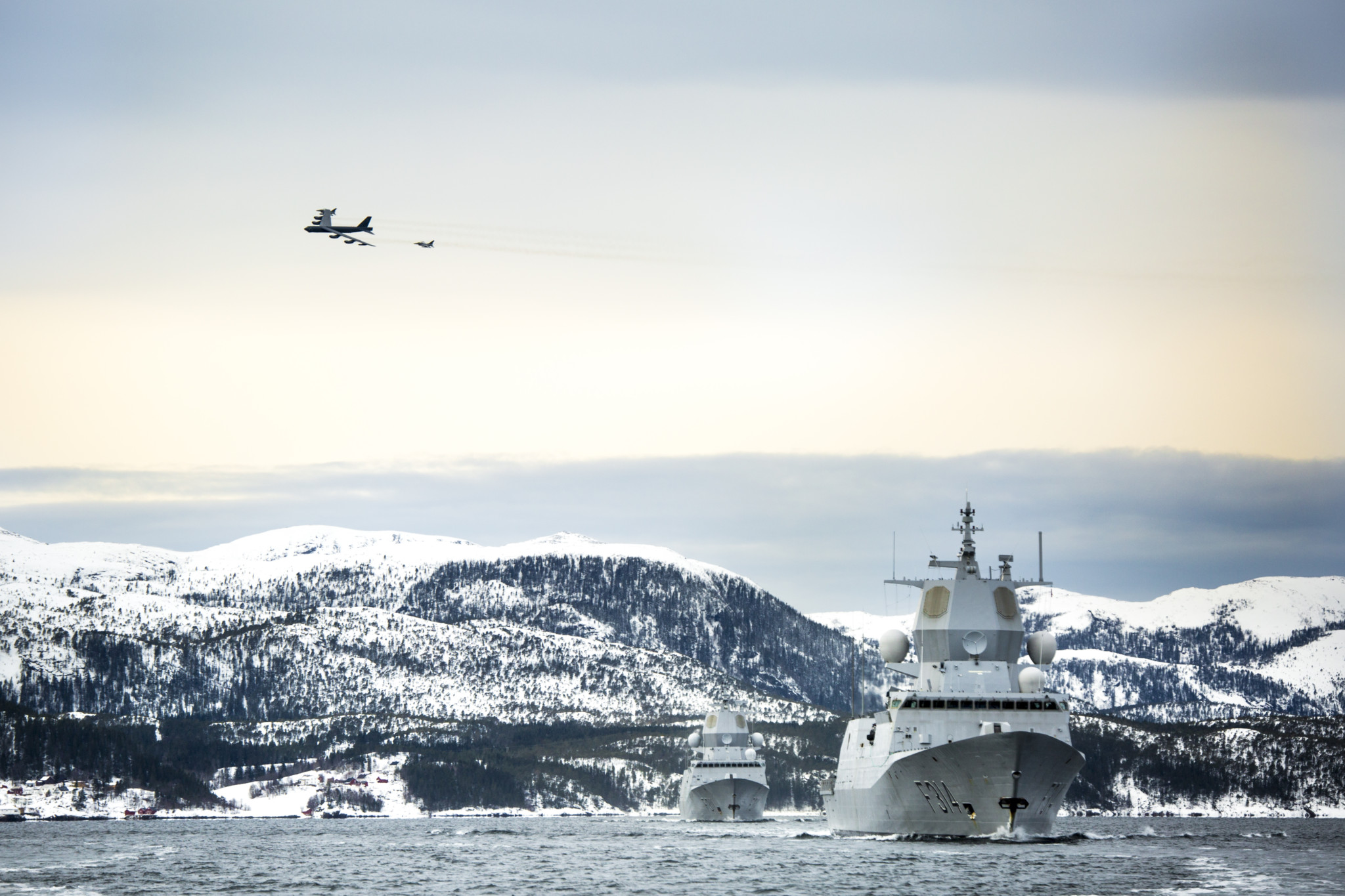 B-52 bombefly og F16 jagerfly i overflygning over KNM F314 KNM Thor Heyerdahl i front, fulgt av KNM F311 Roald Amundsen, på DV-dag utenfor Namsos, under øvelse Cold Response 2016. // B-52 Strategic Bomber and F16 Fighting Falcons' flyby over KNM F314 Thor Heyerdahl in front, followed by KNM F311 Roald Amundsen, attending DV-day nearby Namsos, during exercise Cold Response 2016.