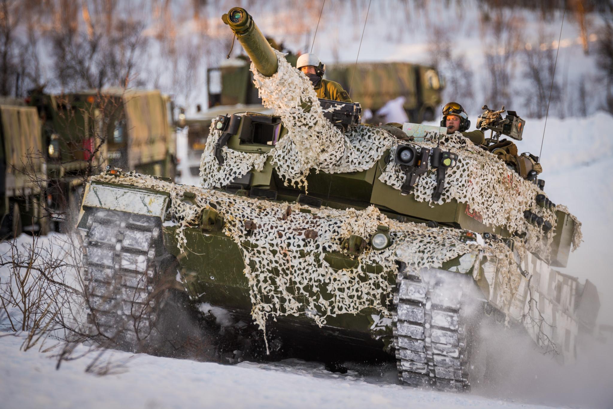 En av Panserbataljonens Leopard 2A4 stridsvogner rykker fremover, under øvelse Rein 1. Dette er Hærens hovedkampsystem. // The Norwegian Army´s main battle system, the Leopard 2A4 MBT.