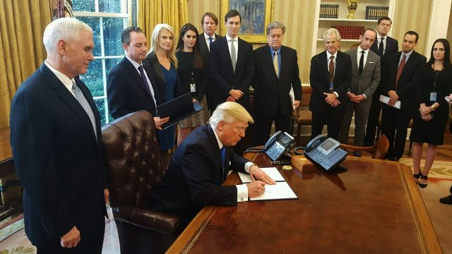 https://www.aldrimer.no/wp-content/uploads/2017/02/Donald_Trump_signs_orders_to_green-light_the_Keystone_XL_and_Dakota_Access_pipelines-640x360.jpg