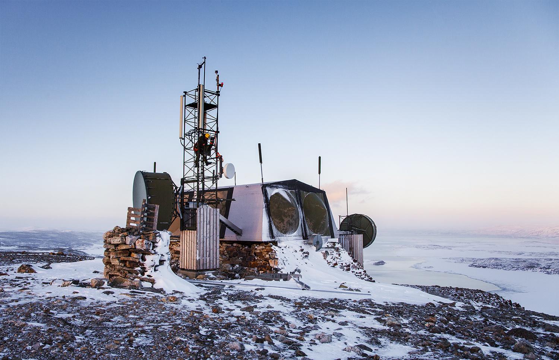 Her demonterer Cyberforsvarets avdeling for cybertjenester og -operasjoner (CTO) radiolinjeskudd under øvelse Joint Viking 2015 i Finnmark. Foto: KRISTINE HAUGEN PEDERSEN/FORSVARET