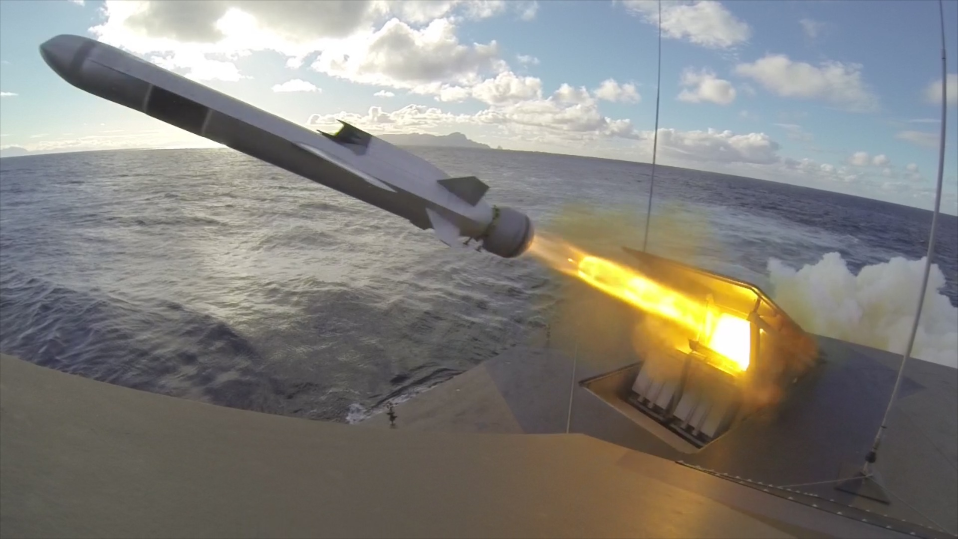 Skaprskyting med NSM fra korvetten KNM Gnist utenfor Andøya / Live fireing with NSM missile from corvette HNoMS Gnist outside Andøya in Northern-Norway