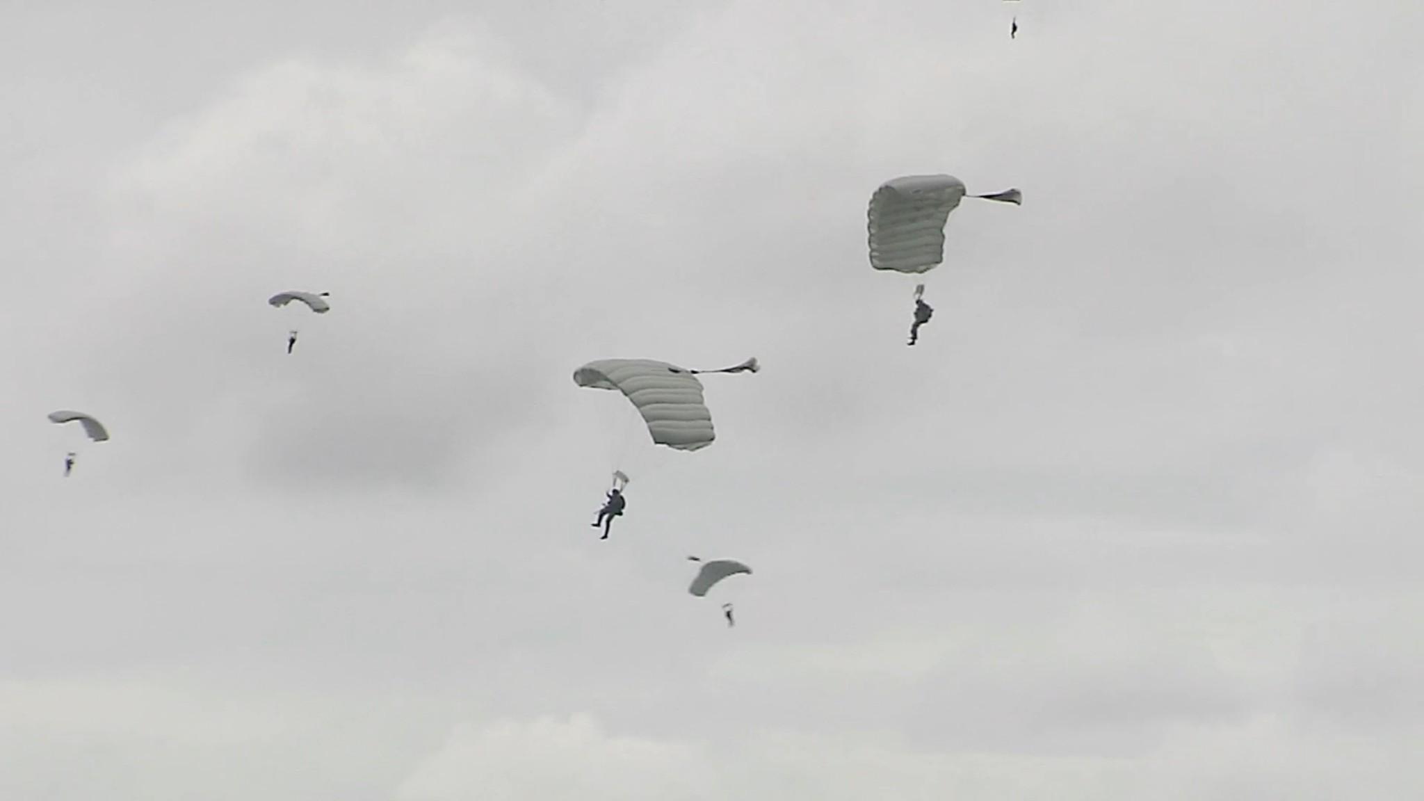 Trener på fallskjermhopp fra stor høyde