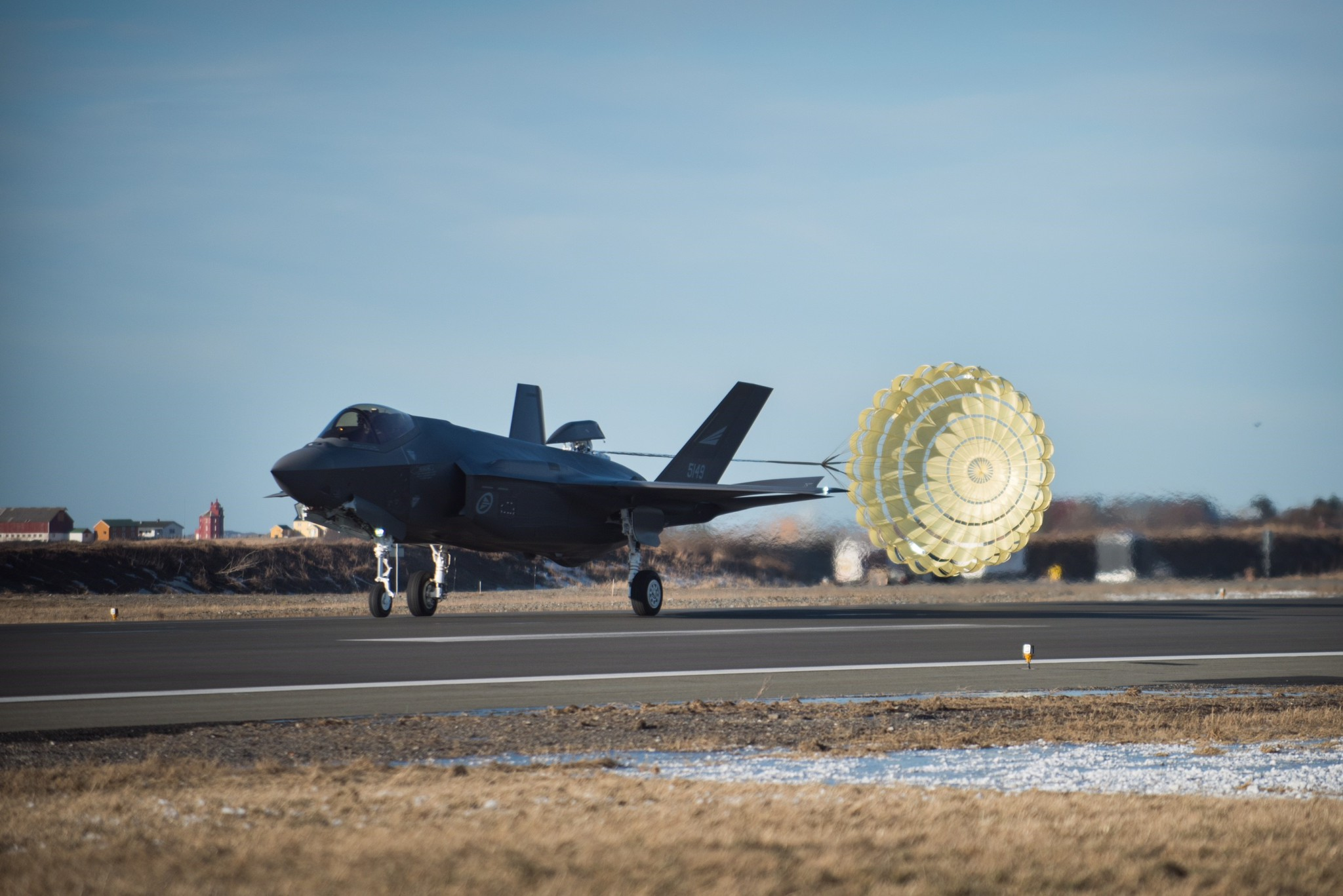 F-35 testet med bremseskjerm