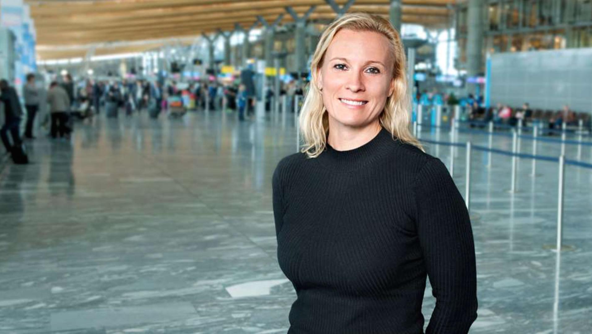 kommunikasjonssjef Gurli Høeg Ulverud i Avinor avbildet på Oslo Lufthavn Gardermoen. FOTO: AVINOR