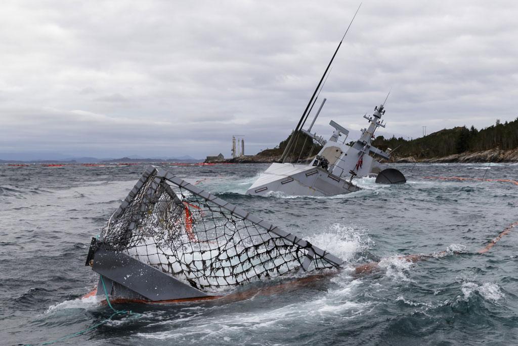 aa5cee17 SYMBOLSK BILDE: Den havarerte fregatten KNM Helge Ingstad ligger på grunn  nord for Stureterminalen i Hjeltefjorden. Fregatten havarerte etter å ha  kollidert ...