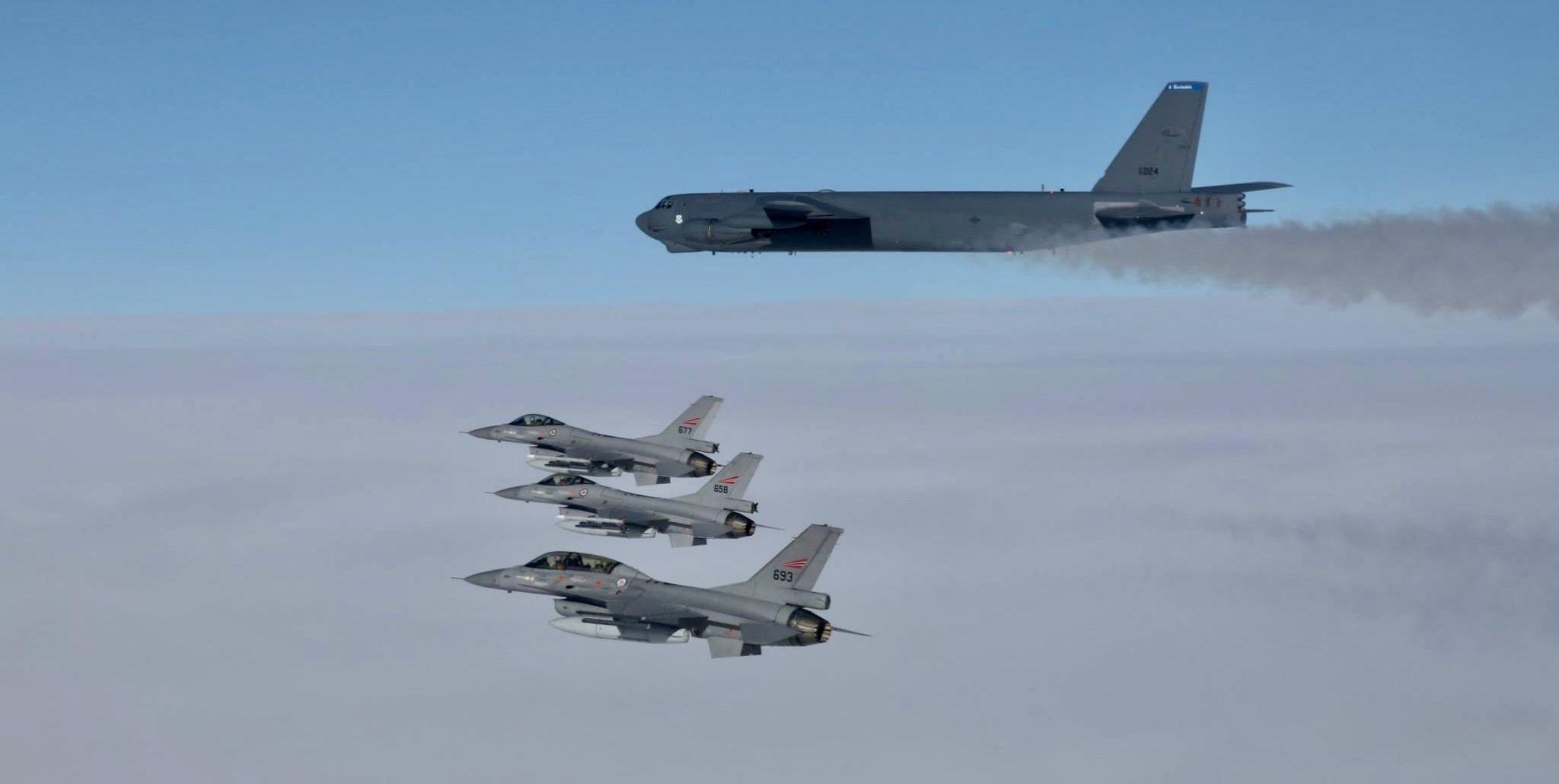 Norske F-16 eskorterte fem B-52 i Nordsjøen
